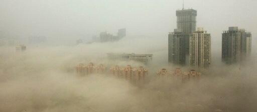 北京がえらいことになってます。  北京のPM2.5濃度は「もはや核の冬」、研究者が警告 http://t.co/m1IyqDFblR http://t.co/hGDEzR3FBT