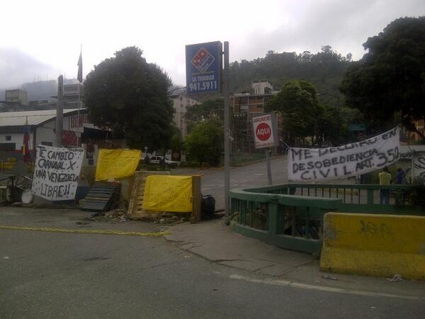 Barricada en la Trinidad. Caracas 7.30 am #ConcluVocesVzla✓#ConferenciaDePaz✓#MantenerLasTrancasHastaQElTiranoCaiga http://t.co/AwlYltpYs0