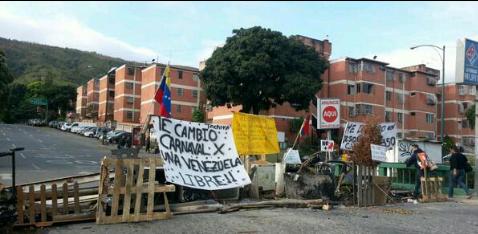 Asi amaneció la trinidad-caracas #28FGranBarricadaVenezuela #MantenerLasTrancasHastaQElTiranoCaiga http://t.co/liffHLfQRn