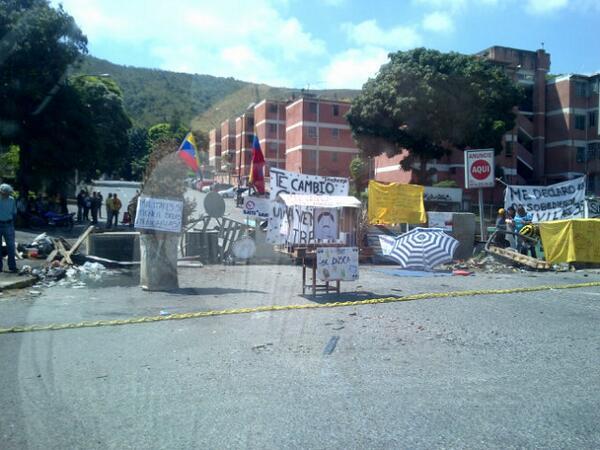 """CARNAVAL DE MADURO @VecinodeBaruta: (10:38 am) Barricada tranca el paso en La Trinidad #28F http://t.co/Qe1YITfoRU vía  @360UCV"""""""