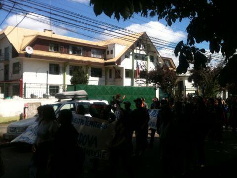 Cientos de personas marcharon desde la cárcel hasta el tribunal en #Temuco a esperar sentencia de Celestino Córdova http://t.co/1dszmFA2iy