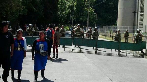 No es Venezuela,  es Temuco. Gran contingente policial a la espera de sentencia a Machi Celestino Córdova http://t.co/QhT8TCgYvF