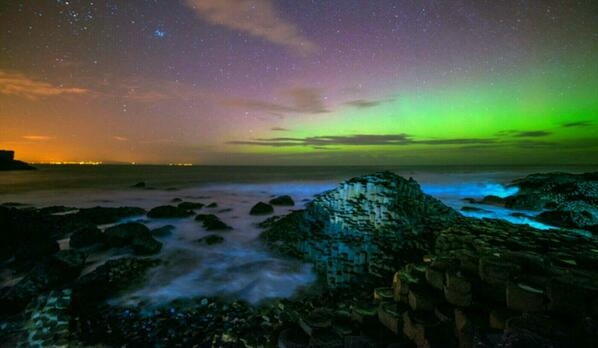 Northern Lights over the Giant's Causeway... #beautiful #picoftheday http://t.co/3A2DMr2Mdi