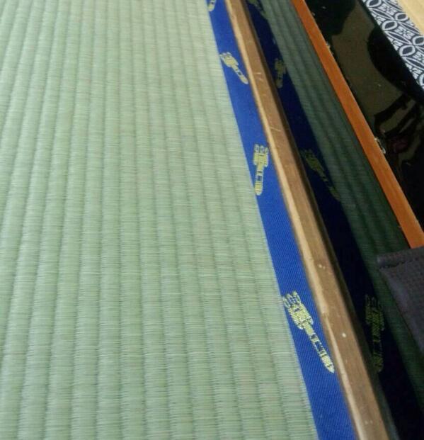 昨日のH2Aロケット打ち上げで種子島に行った同僚からもらった写真です。種子島のある料理屋の畳の縁がなんと! http://t.co/RaK9cnMRTv