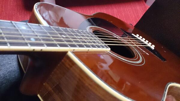 こけちゃんに触発されて久々に出してきた。弦長らく変えてないけどすごく響きのいいギターさんだよ!