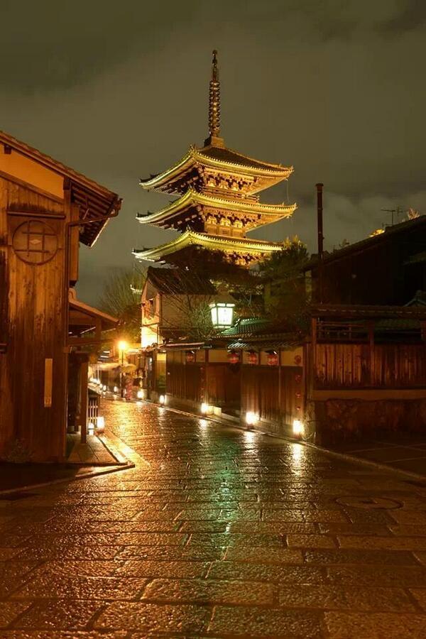 【厳かに輝く光の塔が登場!】聖徳太子が創建したと伝えられる京都・東山のシンボル『法観寺(八坂の塔)』がライトアップされます♪京都・東山花灯路は3/14からです(^o^)/ http://t.co/86DitF9KdM