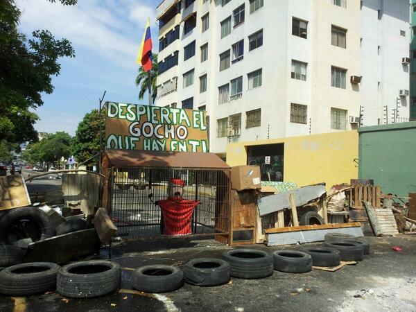 NOMINADA AL OSCAR COMO #MejorBarricada 10:30 Barricada en la calle 137 Sector los Naranjos, Paseo Cabriales #Valencia http://t.co/u9xOy0aCRX