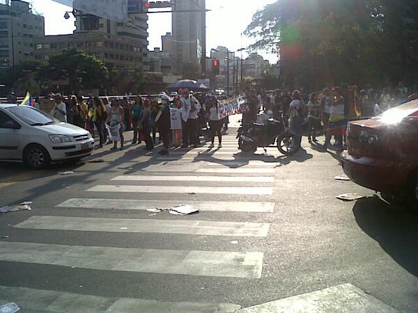4:29pm Llegan más manifestantes a la Av. Fco de Miranda a la altura de la Plaza Altamira #1M http://t.co/M5N4XX1t4j @DAVID_UAH @maurovalor