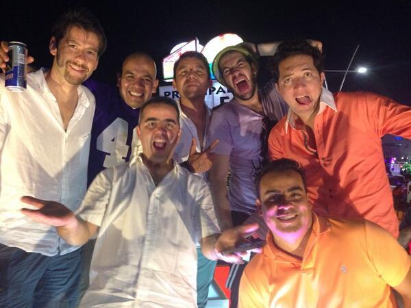 @Bazookajoeradio @faisirrito @evidegaray @jrsestaca @rayadelmal y yo ya listos  en el carnaval de veracruz! http://t.co/pYYOiictlv