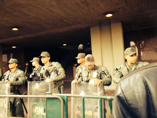""" GNB se mantiene desplegada  en el Palacio de Justicia  (#1M 5:15pm) -   http://t.co/fX4x1RELC1"""