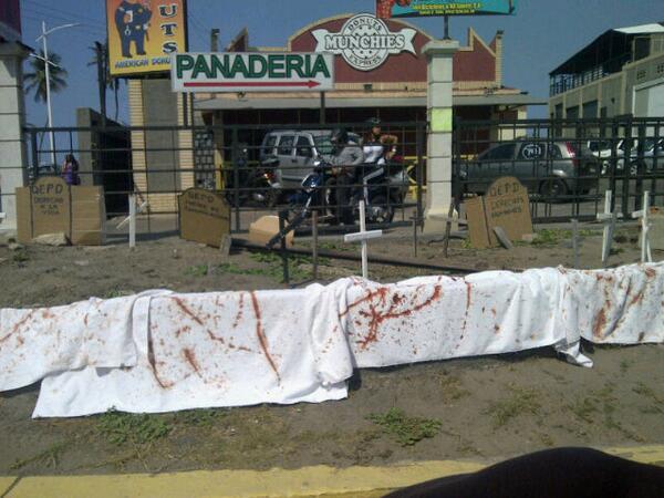 Barricadas cerca de la playa lido antes de llegar a la plaza virgen del Valle. Por nuestra venezuela para mejorar http://t.co/DtKDdpu2rm