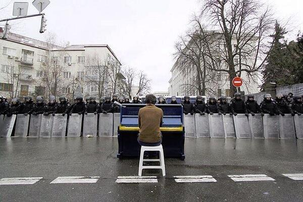 Powerful image...RT: @NegarMortazavi  Power to the People: Protester playing piano for riot police in Kiev #Ukraine http://t.co/3sbhzIS3qH
