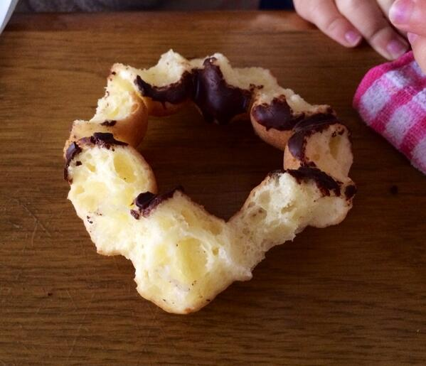 娘のチョコドーナツの食い方がワガママ pic.twitter.com/oGHwAFDR0A
