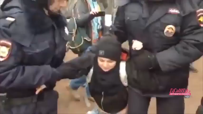 чуть поодаль с полицейским жестко видео какой-то системе