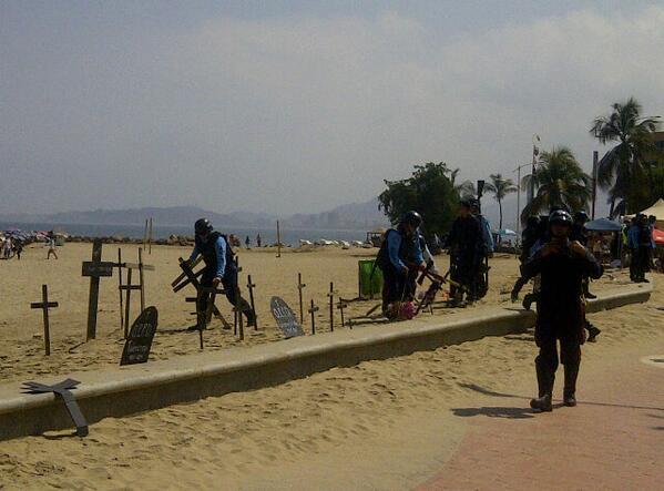 URGENTE via @sergiopadronm: Policias de #Anzoátegui quitan cruces en Playa Lido #Lechería  http://t.co/n9LMSWFwnO