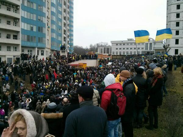 Одесса, у консульства РФ http://t.co/o2z8IE5Ab5