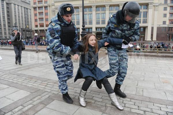 Police clears Ukrainian protesters from Red Square in Moscow http://t.co/wHaRfAbj0a http://t.co/H5gwALSq1G