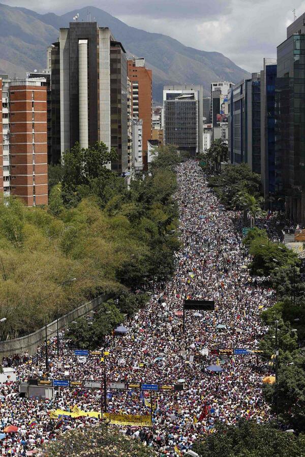 La avenida Francisco Miranda (Foto de Carlos García/Reuters) #2M http://t.co/STnxvhW8Yz
