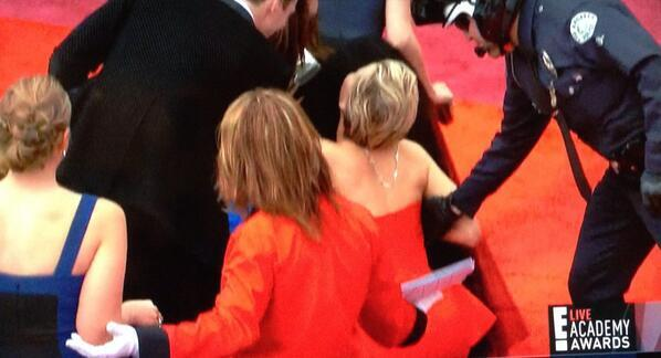 The moment Jennifer Lawrence tripped over. #oscarsredcarpet http://t.co/SzJlbpJqVb
