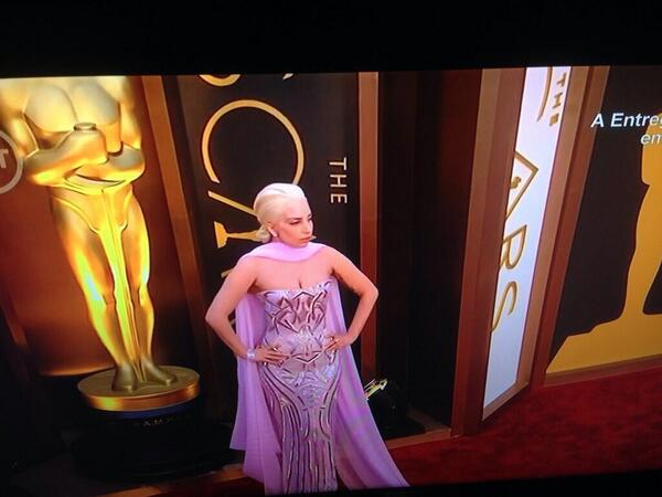 Lady Gaga looks STUNNING at the #Oscars! http://t.co/Oiy1ZwLoP2