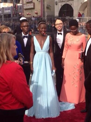 Lupita arrives @oscars looking gorg. #shecanwear a paper bag and look good! http://t.co/Ejao2SO6Vu