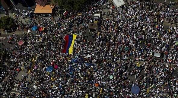 MADURO PIERDE LA CALLE. Una masiva concentración rechazó la represión brutal a protestas. http://t.co/AEatXMc5Fw http://t.co/uRtaqN7YQh