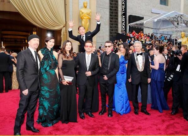@reallorraine Seen this Lorraine? Benedict Cumberbatch photobombing U2:) #Oscars2014 http://t.co/Z1jNNZ621N