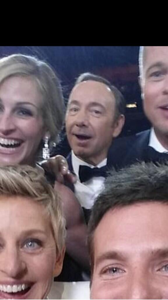 Frank Underwood photo bombing the most famous selfie ever. #oscars http://t.co/plRUIDDFTE