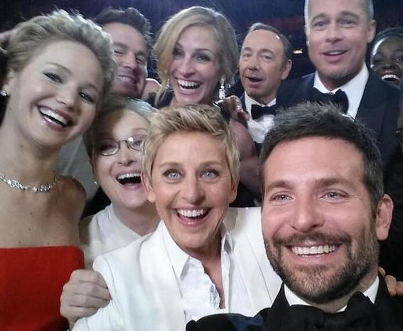 """Ellen DeGeneres faz """"selfie"""" no Oscar! http://t.co/4IdH6ZCy6W #OscarNaTNT #NotíciaTNT http://t.co/LNdiuRSfIZ"""