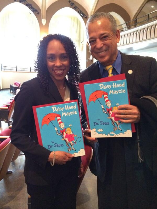 .@myrajonestaylor and @hartfordmayor have their books and are ready to read! #neareads #Hartford http://t.co/ZLviJ9sjIF