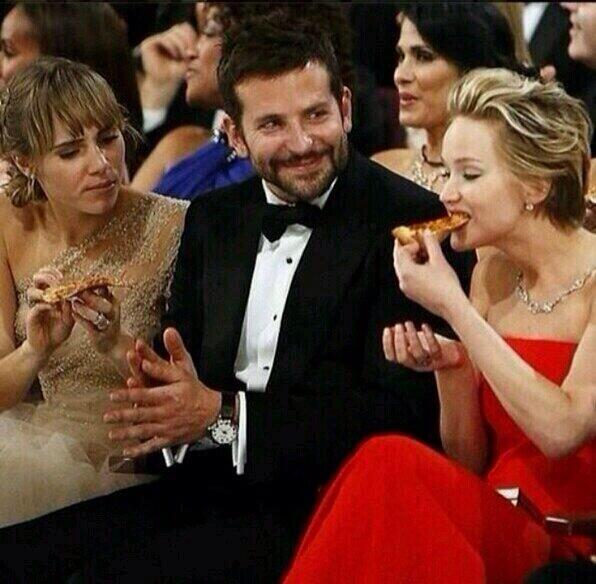 Jennifer Lawrence eating a pizza during Oscar, MY IDOL everyone!!! http://t.co/81SLENtr1W