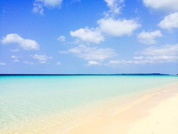 今日の宮古島ですが朝から晴れ渡っていて南風が心地いい最高の日です。日中の予想最高気温は25度との事ですが体感温度的には30度くらいあり海日和。宿泊ゲストさん達も朝からダイビングやドライブやパラセーリングに出かけていきました(^_^)V http://t.co/xyAqWjXefv