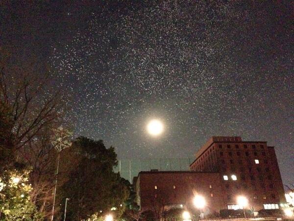 ももクロの国立競技場ライブから日本青年館の上空に大量の風船が飛んで来て朧月夜と風船がお星様みたいで綺麗♪ http://t.co/Xs8qlfPg4J