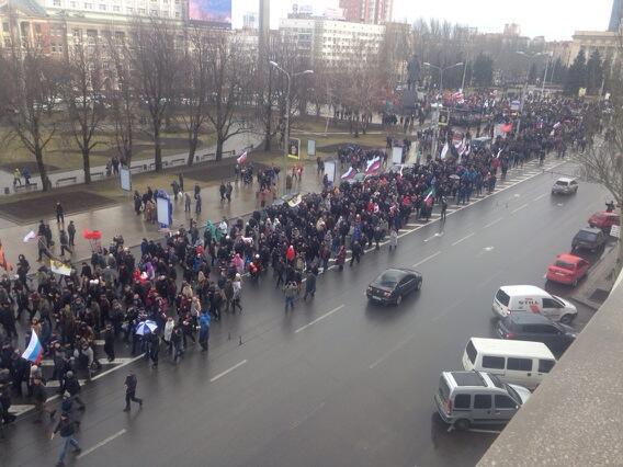 Pro #Russia demonstrators on move in #donetsk #crimea http://t.co/cYudKPYNQ9