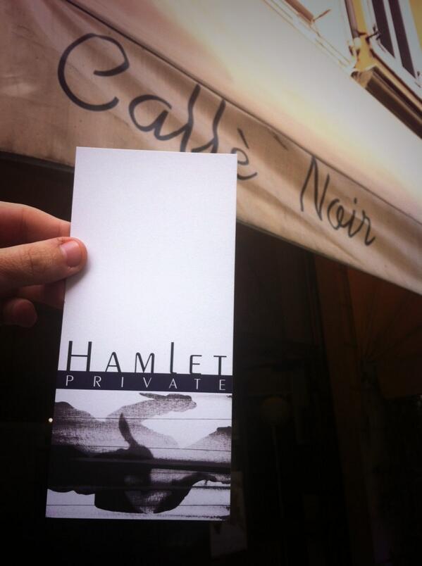 Farsi le carte con Amleto è conoscersi un po' meglio. Un teatro vero quello di @ScarlattineT a #luoghicomuniMn http://t.co/FLy83ZKDQV