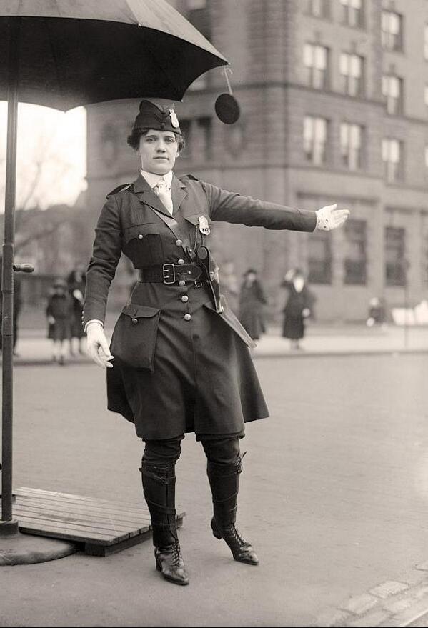 1918年頃にワシントンDCで撮影された交通整理をする婦人警官。 第一次世界大戦中には、それまで男性が主であった職業に女性の進出が進んだ。