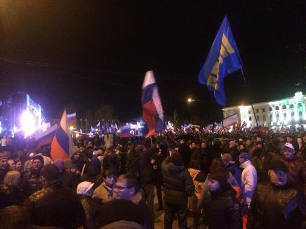 Multitudinario acto para celebrar jornada de referéndum donde participó más del 80% de ciudadanos de #Crimea. http://t.co/cnOV6gKPbJ