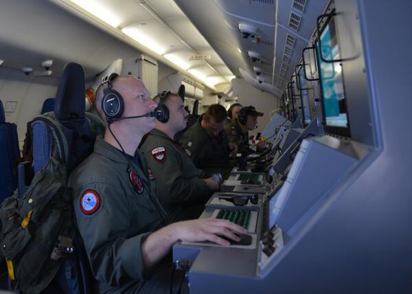 @USNavy P-8A Poseidon crew searches for Malaysia Airlines Flight #MH370 http://t.co/ZN1fIzUSUn via @USNavy