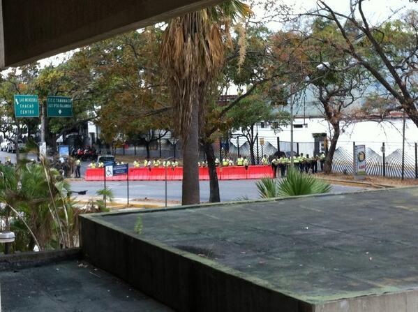 via @zambranomg:  cerrado paso hacia autopista y ccct dsd la Río d Janeiro http://t.co/0SuGyW8DCk #Miranda