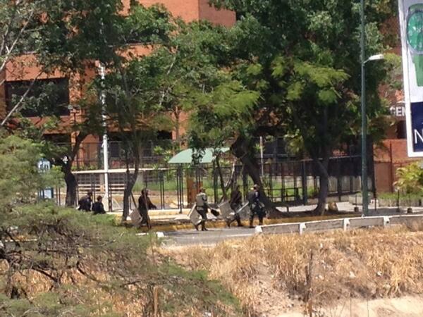 GNB caminando hacia la Carlota desde chuao http://t.co/cVYnpedarm
