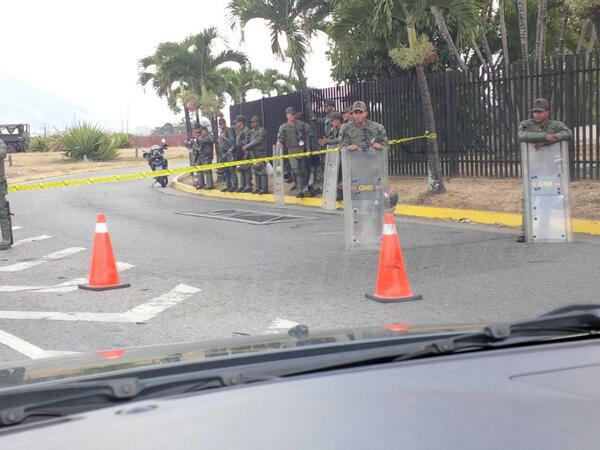 Así están, no hay paso desde la autopista hacia la entrada del ccct http://t.co/3JmQy7btKn