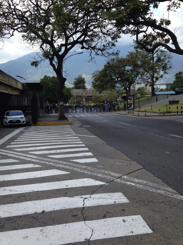 """Ya empezó el cerco...""""@Solo_Marco: Barricada GNB por el ccct hacia la Carlota #sosvenezuela #PrayForVenezuela http://t.co/SFeHjLAaVi"""""""