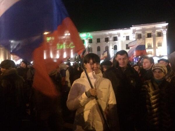 Son miles en la plaza Lenin quienes celebran primeros resultados a pie de urna: 93% voto sí a anexión a #Rusia http://t.co/B8Zlb6xcrW