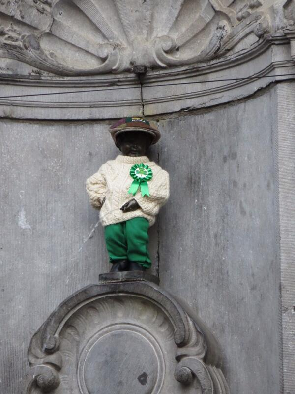 1 outfit from a wardrobe of a total of 920 costumes. Manneken Pis dons the green in honour of our national saint http://t.co/Dasmwg5Gqh