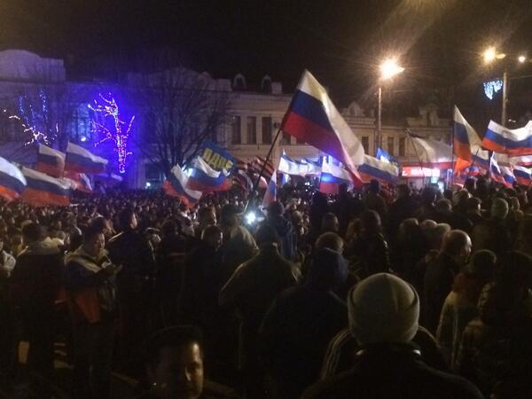 "Multitud grita ""#Rusia"" en multitudinario acto en la capital de #Crimea. http://t.co/gZgr7hZ6RW"