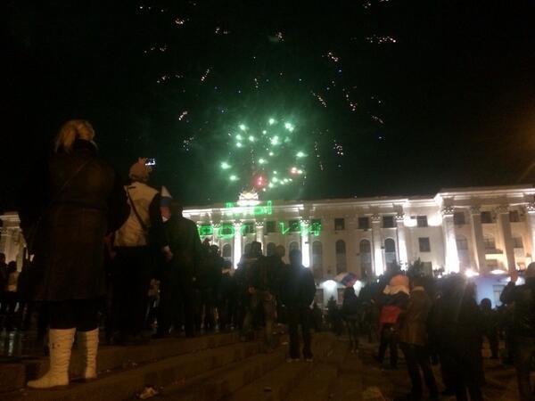 Cantan el himno de #Rusia en #Crimea y ahora la gente aclama junto a fuegos artificiales http://t.co/K3ng2m1Koh