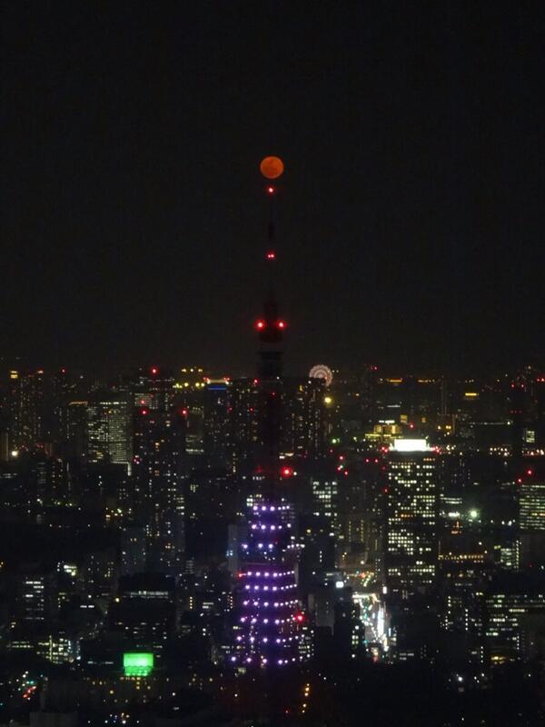 東京タワーと赤い月。