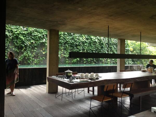 今朝訪れた建築家アンドラさんの自邸。とても豊かな外部空間がメインリビングになっている http://t.co/KO4ChXdwEA
