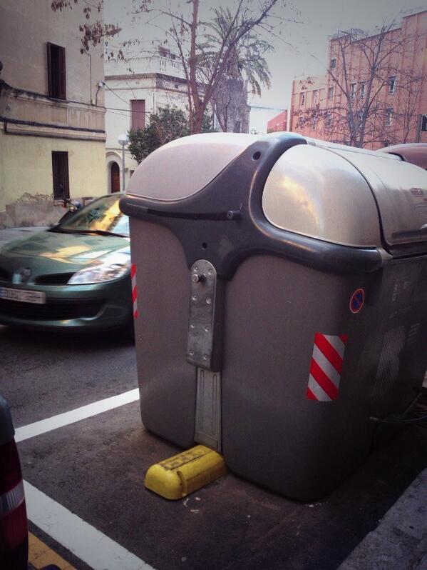 バルセロナ市内の道路には巨大ゴミ箱がいくつも設置されていて、回収車がウィーンって自動で巨大ゴミ箱を持ち上げて中身を回収していく。日本みたく人がポイポイ入れる必要ナシ! http://t.co/NTQOpT9kyz