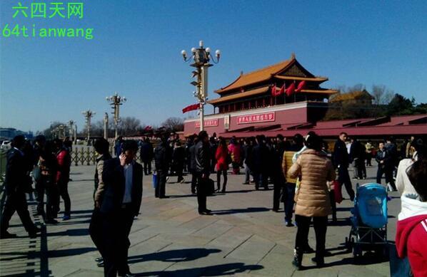 天网邢鉴12时30分,30岁的小伙子破坏了毛泽东画像右下角和衣领。小伙子已经抓走。目前,已经封锁到距离毛泽东画像200多米处,正在修复主席像。 http://t.co/10tS5jvytw http://t.co/GwOcAGo8wF